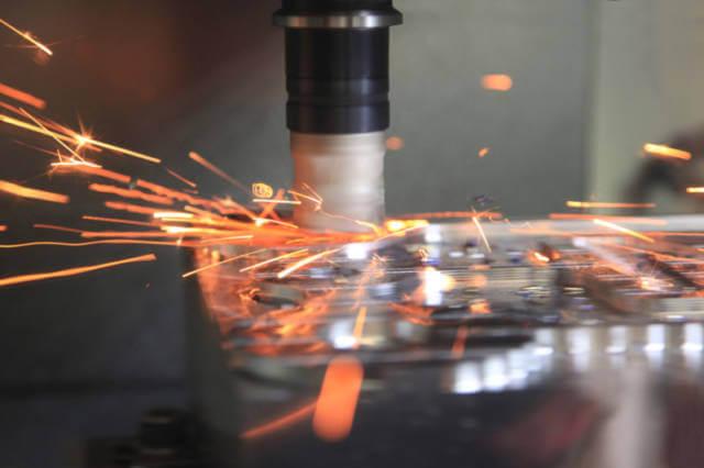Zdjęcie w trakcie obróbki metali CNC
