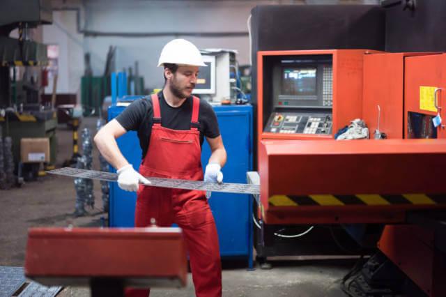 Pracownik przy obróbce metali CNC